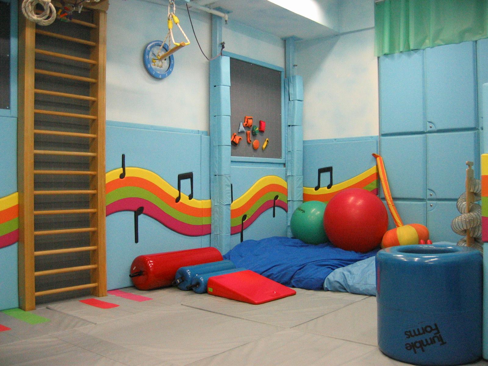 中心設有感覺統合訓練室,以提供安全及充足的環境設施去訓練學童