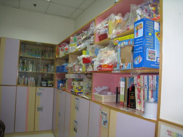 中心的玩具圖書館內備有過百款不同的玩具,可供家長借用。