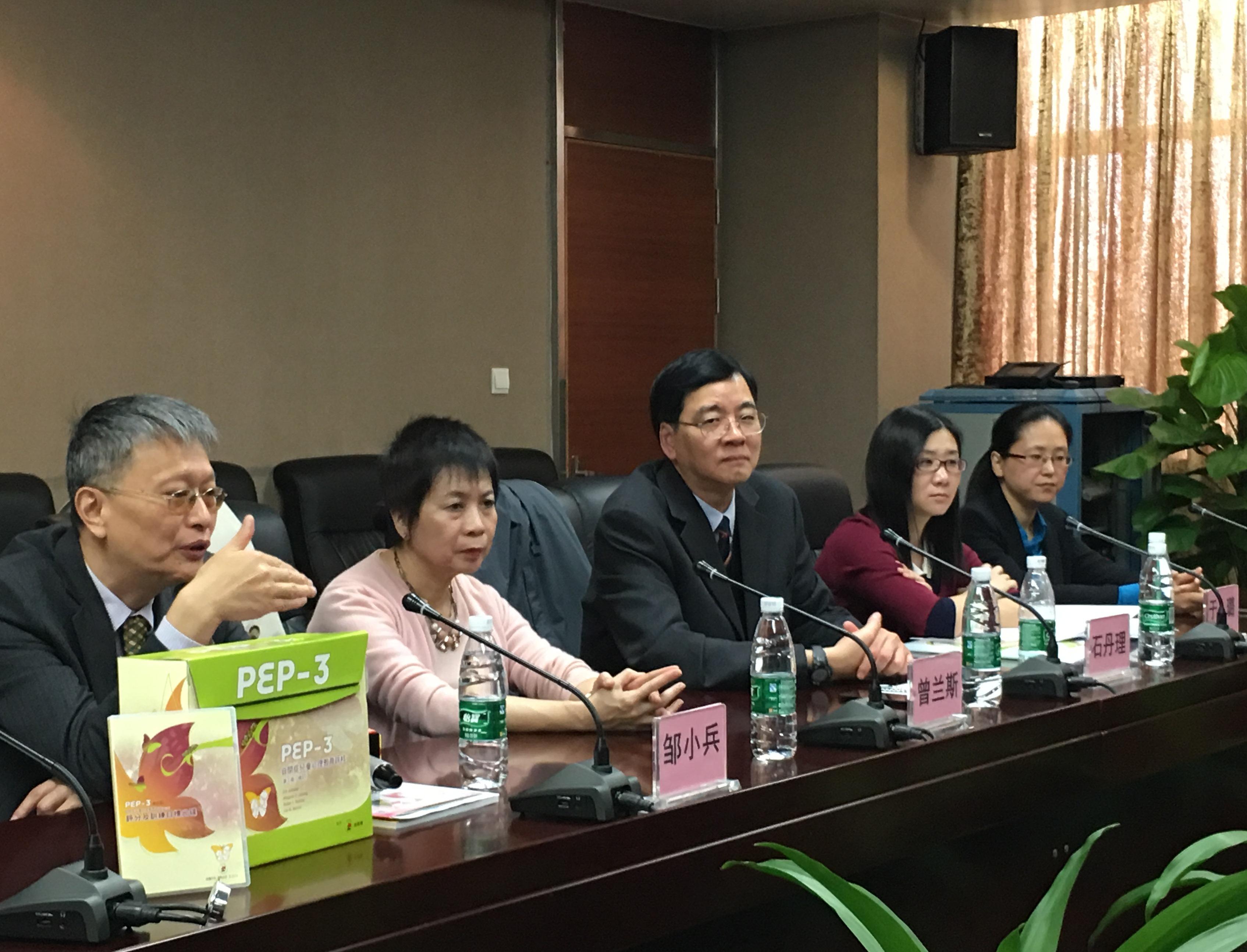 國內自閉症權威專家鄒小兵教授(左一)在發佈會上講解CPEP-3驗証研究,由他帶領的中山三院專業團隊以一年時間為國內的554名自閉症兒童及311名正常兒童進行評估。