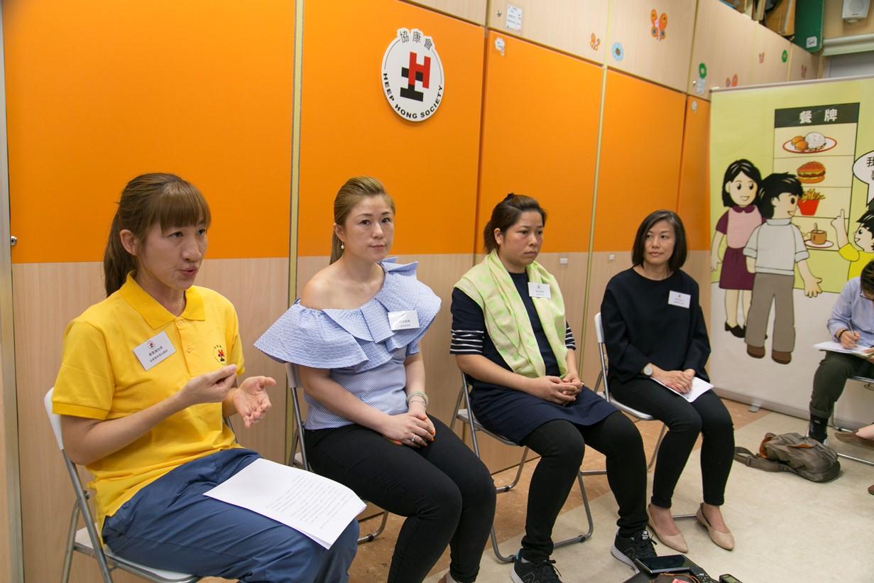 協康會一直與家長並肩同行,協助他們培育子女,圖左起:協康會物理治療師畢鳳儀、晴晴媽媽、洛洛媽媽、協康會中心主任李玉琼。