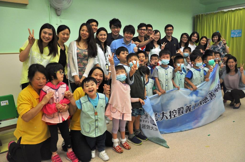 Volunteers of Everbright visited Catherine Lo Centre.