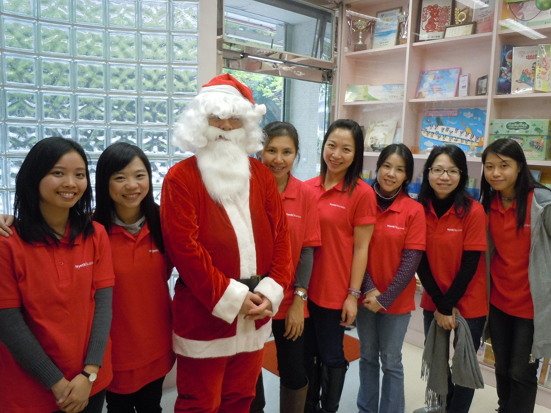 Volunteers from Wyeth (Hong Kong) Holding Company Limited celebrated Christmas with children at Chun Shek Centre